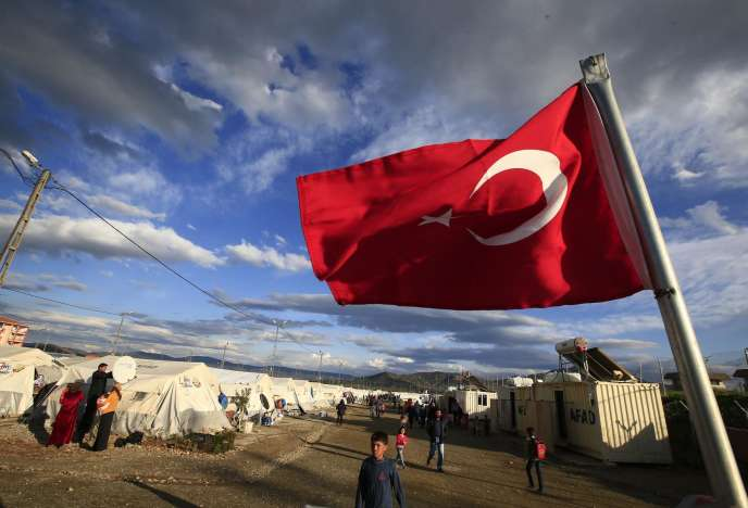 Un drapeau turc flotte sur le camp d'Islahiye, dans la province de Gaziantep, le 16mars 2016.