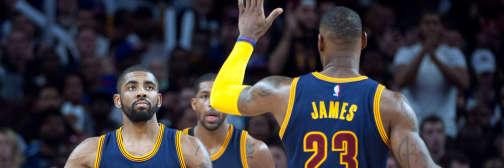 Kyrie Irving et LeBron James se congratulent après leur victoire sur le parquet des Pistons.