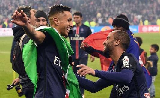 Marquinhos (à droite) fête la victoire en finale de Coupe de la ligue avec son compatriote Lucas Moura.