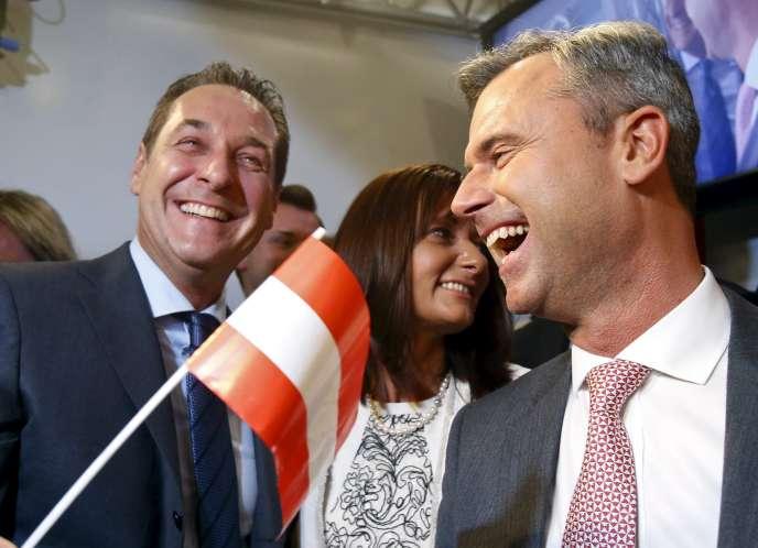 Le candidat à la présidentielle Norbert Hofer (à droite) et le chef du FPÖ, Heinz-Christian Strache, le 24 avril 2016 à Vienne.