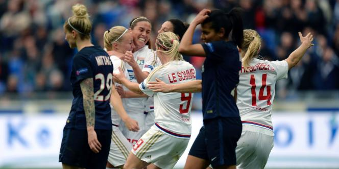 Les Lyonnaises célèbrent un but lors de la demi-finale aller face au Paris-Saint-Germain, le 24avril.