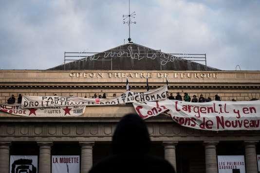 Des membres du mouvement Nuit debout soutiennent l'occupation du Théâtre de l'Europe, à Paris, par des intermittents du spectacle, le 24avril.