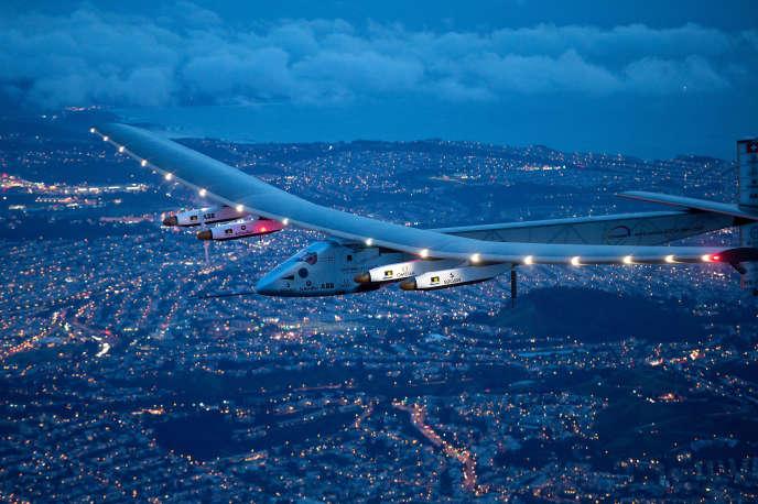 L'avion Solar Impulse 2 a bouclé en juillet 2016 le premier tour du monde aérien (près de 40000 kilomètres) sans la moindre goute de carburant. Ici, en avril 2016, lors du survol de San Francisco.