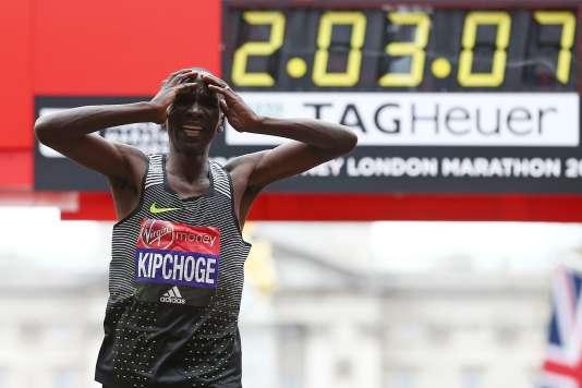 Eliud Kipchoge, se rendant compte après son arrivée qu'il est passé tout près du record du monde du marathon.