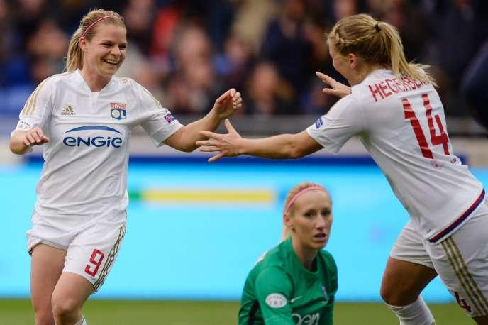 Les Lyonnaises Eugénie Le Sommer et Ada Hegerberg devant le regard dépité de la gardienne parisienne Katarzyna Kiedrzynek en demi-finale de Ligue des champions féminine 2016.