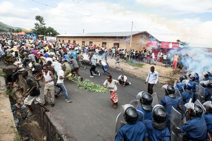 Des forces armées répriment une manifestation, le 13 mai 2015, à Bujumbura contre un troisième mandat du président burundais Pierre Nkurunziza