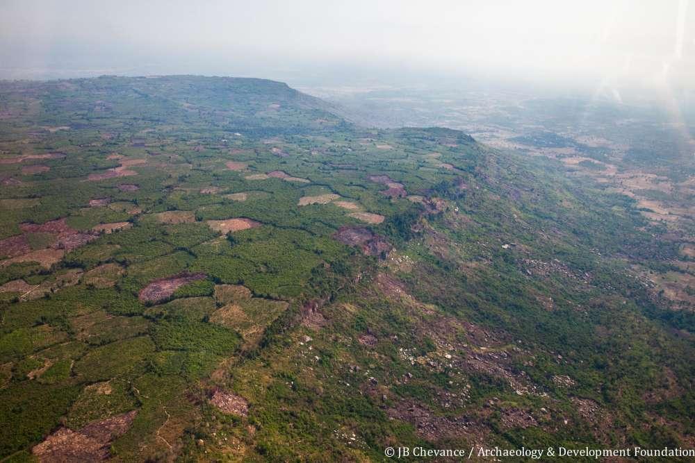 A 60 km d'Angkor au Cambodge, sur le plateau du Kulen, le Lidar au rayon laser a enregistré l'empreinte d'une capitale de l'empire Khmer du VIIIe siècle. Les plantations de noix de cajou grignotent peu à peu le site archéologique.