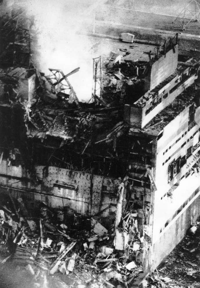 Première photographie du réacteur numéro4 de Tchernobyl après son explosion, réalisée par le photographe de la centrale, Anatoly Rasskazov, dans l'après midi du 26avril. Pendant le survol de la centrale, le photographe a été exposé à une dose de radioactivité équivalente à 3 Sv.