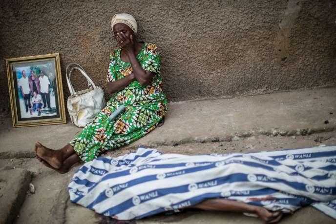 Une femme pleure les membres de sa famille tués en juillet 2015 à Bujumbura par la police lors des manifestations pour protester contre la candidature du président Pierre Nkurunziza à un troisième mandat.