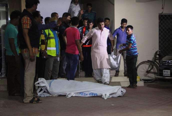 Les corps recouverts des deux victimes homosexuelles, le 25 avril, à Dacca.
