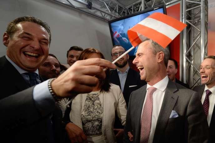 Norbert Hofer (à droite), le candidat du FPÖ arrivé en tête au premier tour de l'élection présidentielle autrichienne, le 24 avril.