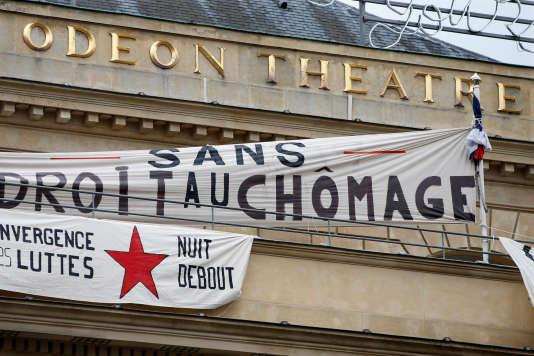 Des membres du mouvement Nuit Debout ont manifesté leur soutien à l'occupation du théâtre parisien par des intermittents du spectacle.
