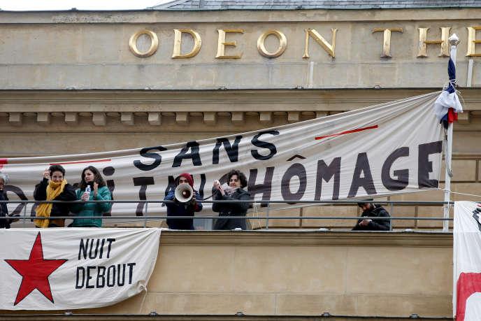 Des intermittents occupent l'Odéon-Théâtre de l'Europe à Paris, lundi 25 avril, pour protester contre la réforme de leur régime spécifique d'assurance chômage.