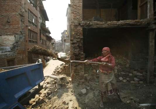 A Bhaktapur, des tentes grises ont remplacé les maisons en brique qui faisaient la fierté de cette ville à l'est de Katmandou.