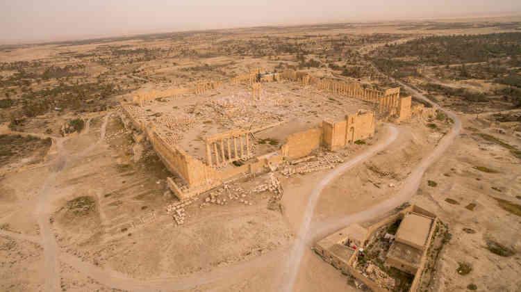 Vue du temple de Bêl, cerné d'un rempart d'un périmètre de 200 mètres et d'une colonnade. Seule a été détruite la cella centrale abritant la divinité principale, Bêl, le seigneur. Ne reste debout que son portique d'entrée.