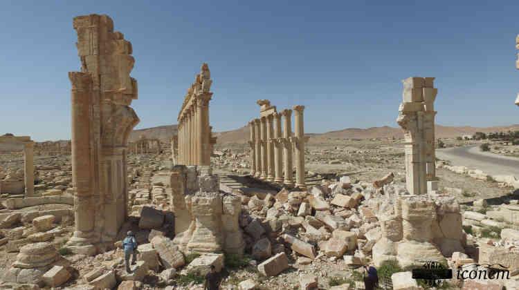 A l'entrée de la colonnade (1 200 m de long), l'arc de triomphe détruit par l'organisation Etat islamique, dont il ne reste que les deux piliers et un tas de pierres.