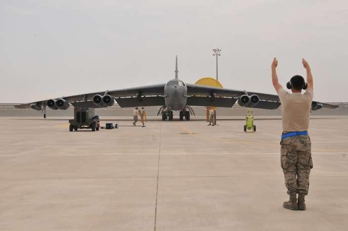 Un avion B-52 américain engagé dans des bombardements contre l'EI en Syrie et en Irak, sur une base aérienne au Qatar le 9 avril 2016.