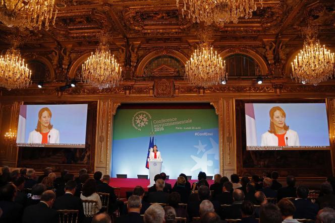 La ministre de l'environnement, Ségolène Royal, s'exprime lors de l'ouverture de la conférence environnementale à l'Elysée, lundi 25 avril.