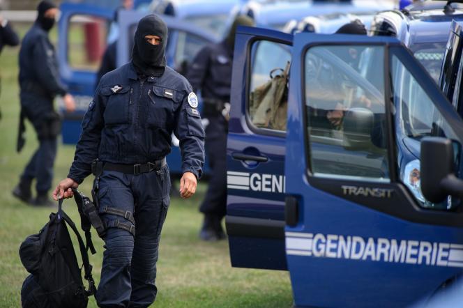 Des membres du Groupe d'intervention de la gendarmerie nationale (GIGN), pendant une prise d'otage à la prison d'Ensisheim (Haut-Rhin), en août 2013.