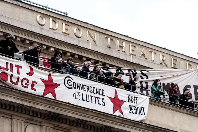 Des intermittents du spectacle occupent le Théâtre de l'Odéon à Paris, le 25 avril 2016.
