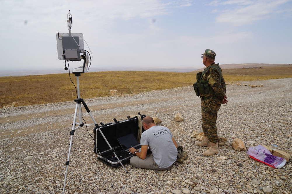 A 30 km de Mossoul, sur la ligne de front, avant de lancer le drone sur la capitale assyrienne de Khorsabad, Philippe Barthélémy procède aux derniers réglages.