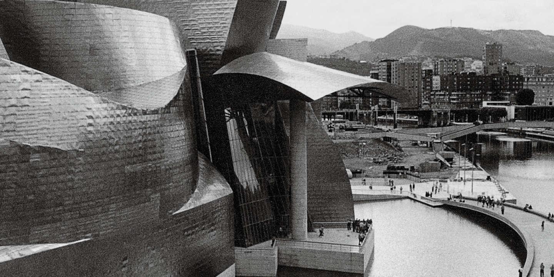 Bilbao (Espagne, province de la Biscaye), musée Guggenheim (constr. 1991-1997 ; arch. : Frank O.Gehry). - Vue partielle avec sculpture