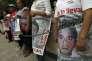 Des parents se sont enchaînés aux grilles du ministère de l'intérieur, vendredi 15 avril.