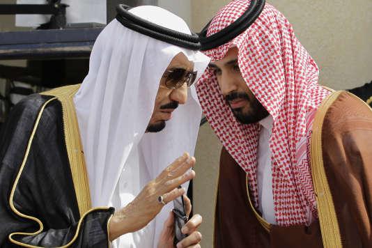 Le roi Salman d'Arabie saoudite et son fils, Mohammed Ben Salman, vice-prince héritier et ministre de la défense.
