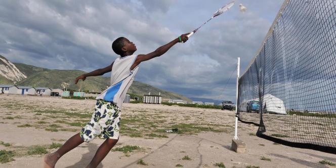 Un enfant joue au badminton lors d'une action Solibad à Haïti.