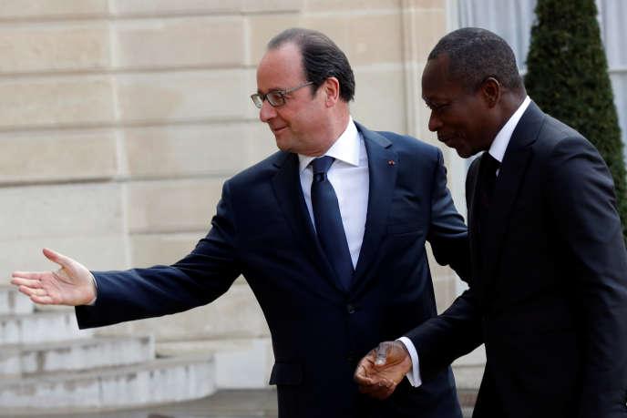 Le président Francois Hollande et son homologue béninois, Patrice Talon, sur le peronn de l'Elysée, le 26 avril.
