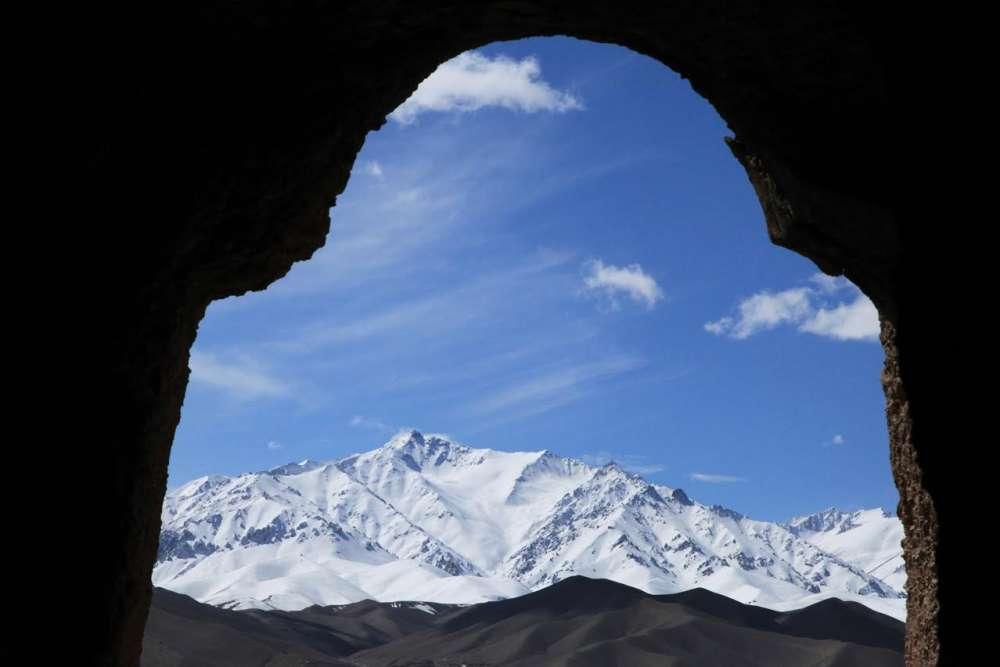 De Bamiyan, la vue porte sur les chaînes de l'Himalaya, aux confins de l'Afghanistan et du Pakistan, couvertes de neige en mars. Les moines qui s'étaient établis là pouvaient jouir d'un paysage sans doute propice à la contemplation. Ce panorama exceptionnel, c'est aujourd'hui ce qui reste intact. Mais ces montagnes sont aussi celles qui servent de refuges aux talibans.