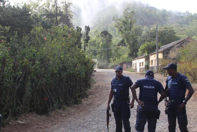 La police devant l'ambassade espagnole de Praia, la capitale du Cap-Vert, le 26 avril.