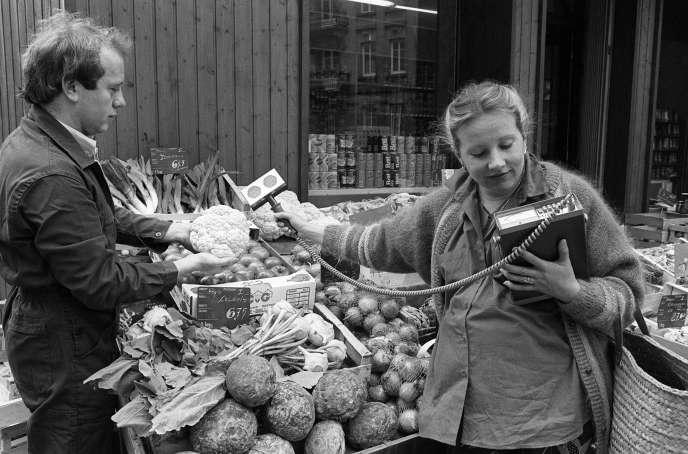 Une jeune femme enceinte contrôle les légumes d'une épicerie à l'aide d'un appareil scientifique de mesure de radioactivité lui permettant de vérifier qu'aucune contamination radioactive n'apparaisse sur ces produits de consommation, le 16 mai 1986, à Strasbourg, suite à l'accident de Tchernobyl.