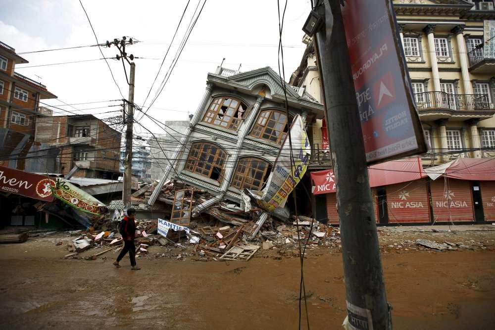Dans une rue de Katmandou, en mai 2015. Un demi-million de logements ont été détruits pendant le séisme.