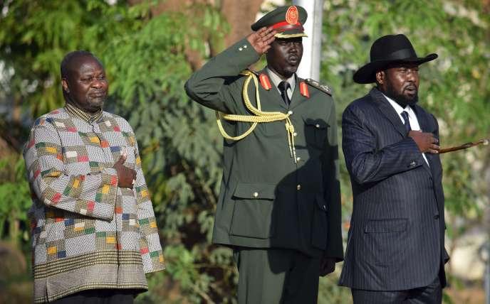 Le président du Soudan du Sud, Salva Kiir (à droite), et le vice-président, Riek Machar (à gauche), écoutent l'hymne national après la prestation de serment de ce dernier à Juba, la capitale, mardi 26 avril.