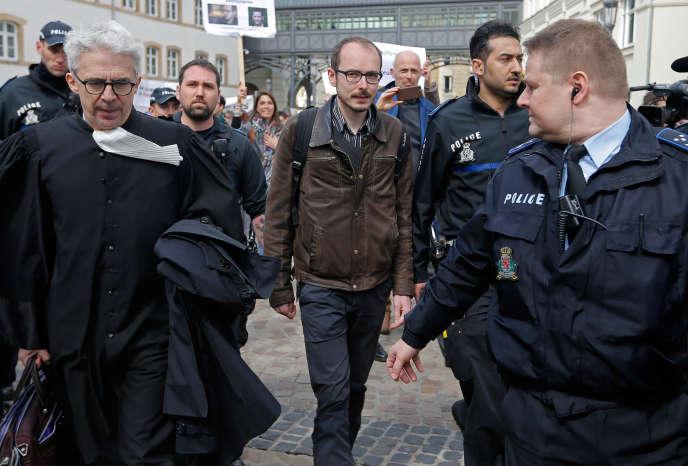 Antoine Deltour et son avocat, William Bourdon, devant le tribunal de Luxembourg, le 26 avril.