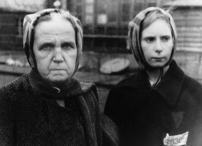 Deux détenues de Ravensbrück, à la libération du camp par l'armée rouge, en avril 1945.
