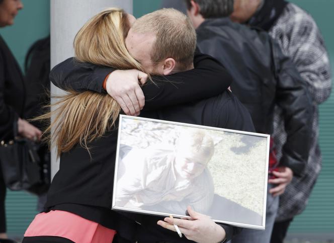 Des familles de victimes à l'annonce du verdict à Warrington, mardi 26 avril 2016.