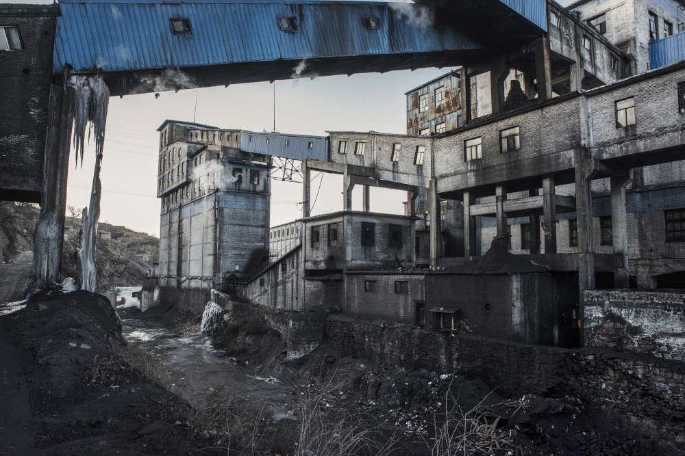 Les bâtiments de la mine numéro 5 de Tongmei. L'industrie du charbon est la première ressource de Datong, et l'entreprise minière Tongmei est le premier employeur de la ville. Cependant, la crise du charbon affecte durement la cité. Tongmei a perdu près de500millions de dollars en2015, et le plan de fermeture de petites mines, telles que celle-ci, risque d'aggraver la mauvaise situation économique de la région.
