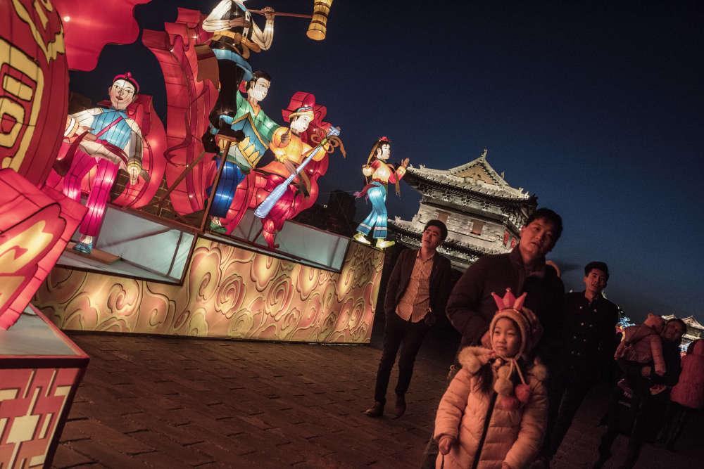 Des visiteurs, lors d'un festival des lanternes, événement touristique destiné à accroître le nombre de visiteurs à Datong.