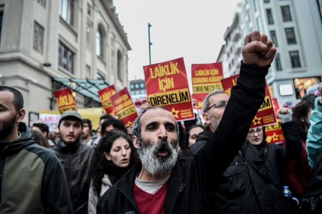 A Istanbul, des manifestants pour la laïcité, mardi 26 avril.