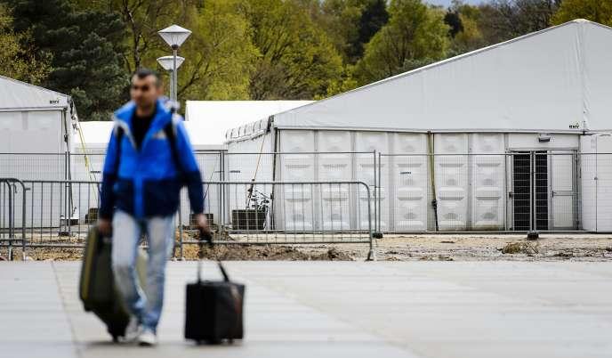 Un réfugié en transfert vers un nouveau centre d'accueil aux Pays-Bas, le 26 avril.