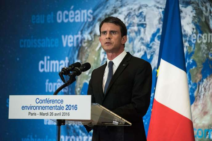 Manuel Valls, prononce un discours de clôture de la conférence environnementale, à Paris le 26 avril.