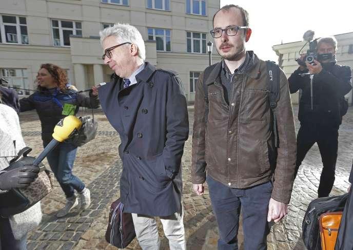 Le lanceur d'alerte Antoine Deltour arrive au tribunal de Luxembourg avec ses avocats, mardi 26 avril.