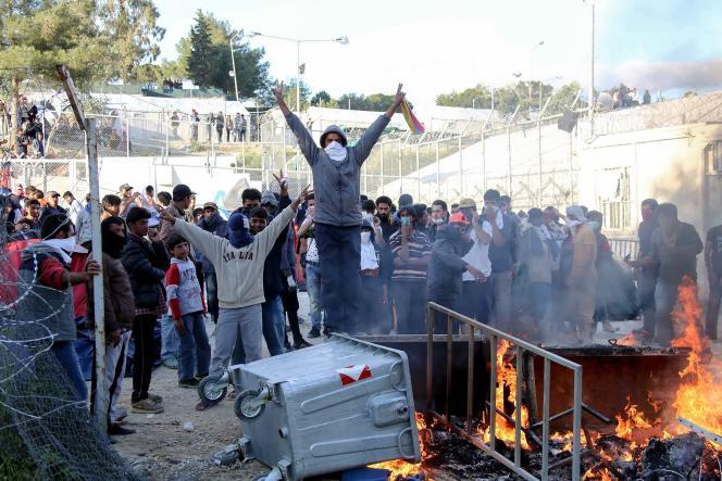 Des migrants  protestent contre leur situation à l'interieur du camp de Moria sur l'île de Lesbos en Grèce le 26 avril 2016.
