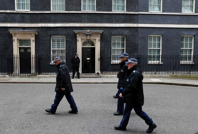 Patrouille de police devant le  10 Downing Street à London le 22 avril 2016