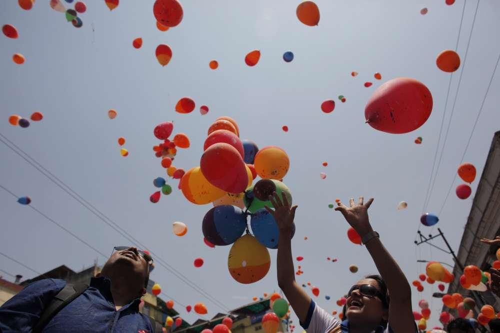 Dès le 23 avril 2016,  un lâché de ballons en mémoire des victimes a été organisé dans la capitale népalaise.