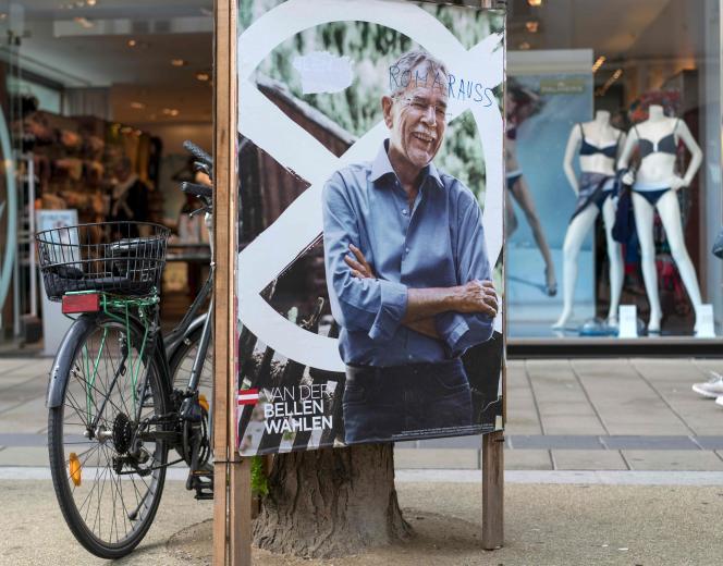 Une affiche du candidat écologiste, Alexander Van der Bellen, à Vienne, le 19 avril, avec le tag «Les Roms dehors».