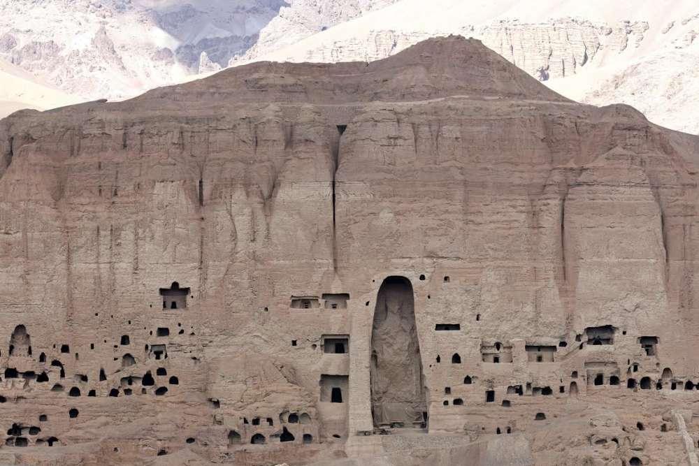 Aux  destructions de mars 2001, s'ajoutent les effets de l'érosion des falaises de grès. Ce qui fait du site de Bamiyan le symbole même de la destruction du patrimoine de l'humanité, évidemment non protégé et menacé en permanence de nouvelles incursions destructrices des talibans.