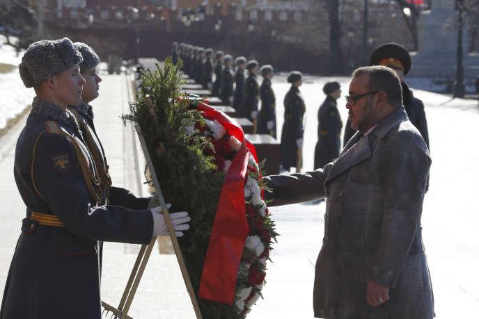 Le roi du Maroc, Mohammed VI, lors d'une cérémonie à la tombe du Soldat inconnu à Moscou, le 15 mars.